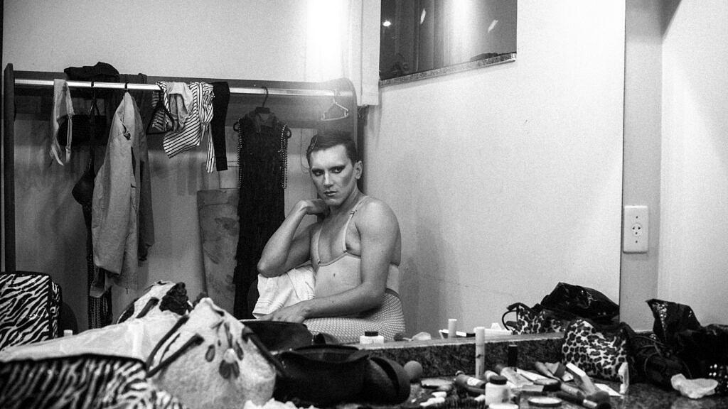 "Deydianne Piaff (Denis Lacerda) no backstage de ""Quem Tem Medo de Travesti?"" (Foto: Theo Tajes | Revista Híbrida)"