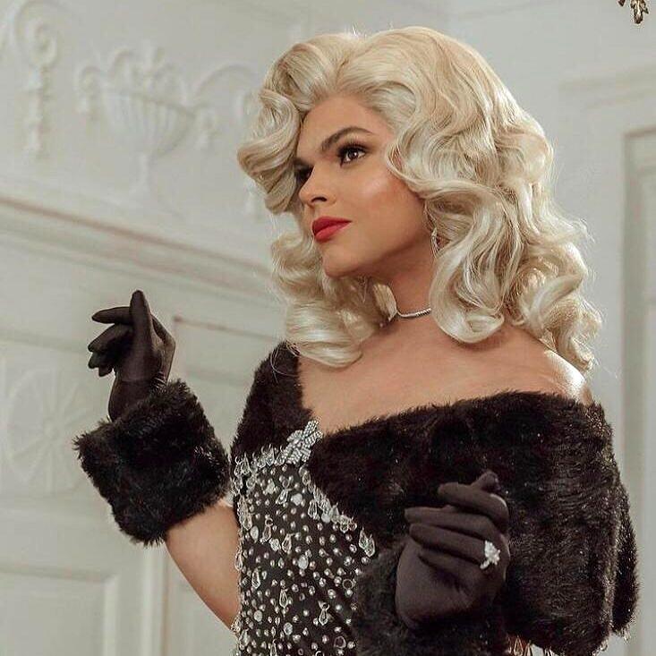 Marcos também participou da beleza de três dos mais recentes videoclipes lançados pel'As Baías; na imagem, Assucena Assucena (Foto: Arquivo Pessoal)