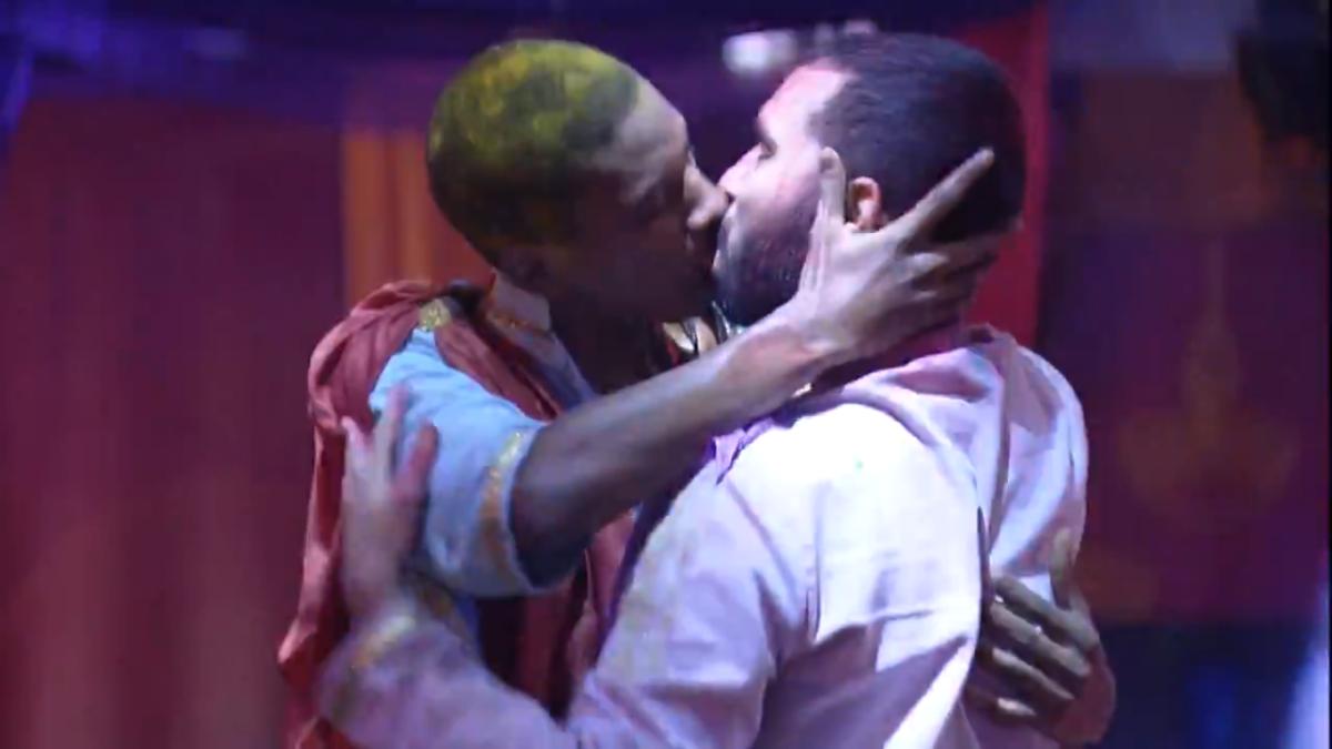 Lucas Konka Penteado e Gilbero protagonizaram o primeiro beijo gay do Big Brother Brasil (Foto: Reprodução TV Globo)