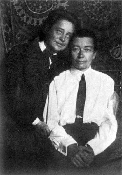 Sophia Parnok (esq.) e Olga Tsuberbiller (dir.) fotografa na década de 1920 (Foto: Reprodução)