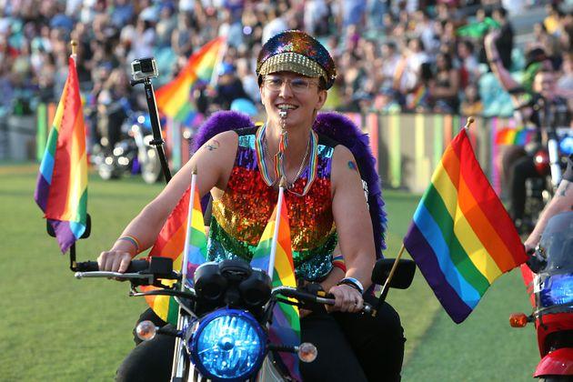 Por conta da pandemia, os desfiles do Mardi Gras de Sydney aconteceu em um estádio este ano (Foto: AFP)