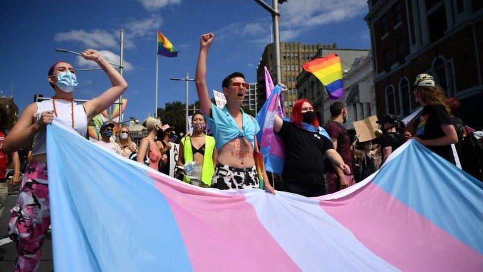 Momento de protesto pelos direitos trans no Mardi Gras da Austrália (Foto: EPA)