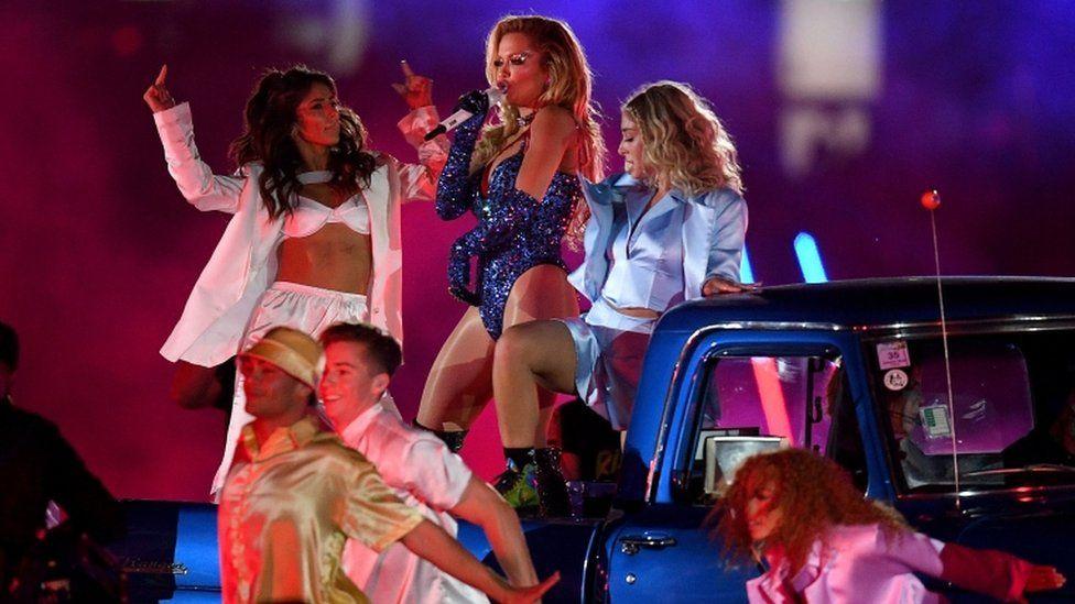 Rita Ora durante show de apresentação no Mardi Gras 2021 (Foto: EPA)