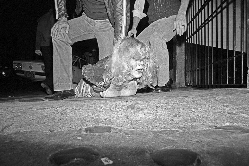 Trans e travestis foram perseguidas e torturadas durante a Ditadura Militar no Brasil (Foto: Juca Martins / Reprodução)