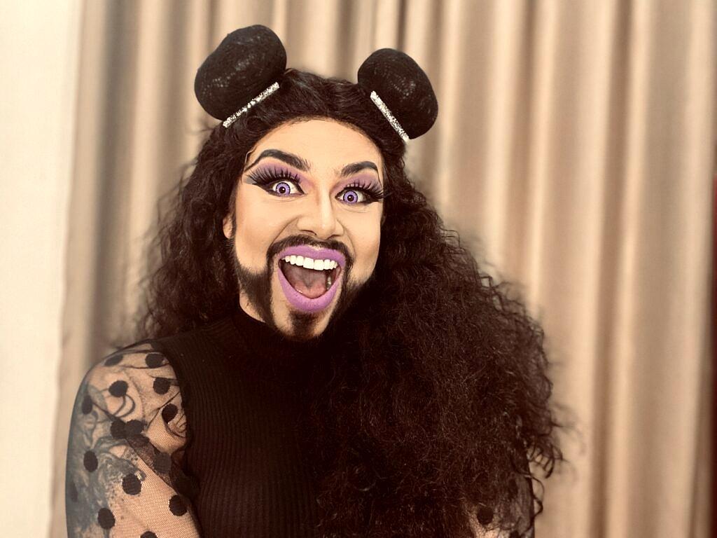 """Dimitra Vulcana ajuda a despolitizar o público na internet com o canal """"Doutora Drag"""" e o podcast """"Hora Queer"""" (Foto: Divulgação)"""