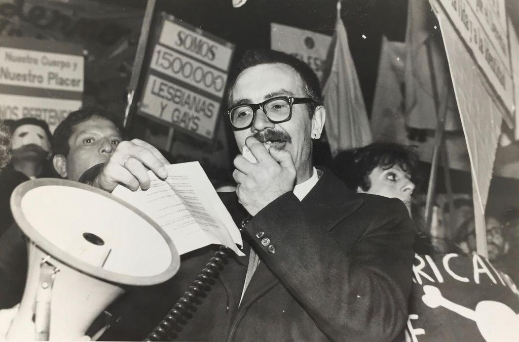 Carlos Jáuregui: professor de história foi o criador da primeira Parada do Orgulho de Buenos Aires e o responsável pela primeira lei contra LGBTfobia na América Latina (Foto: Reprodução)