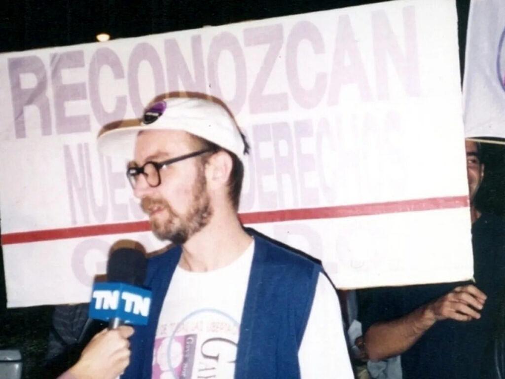 Carlos Jauregui dando entrevista à TV argentina durante Marcha do Orgulho organizada por ele nos anos 1990 (Foto: Reprodução)
