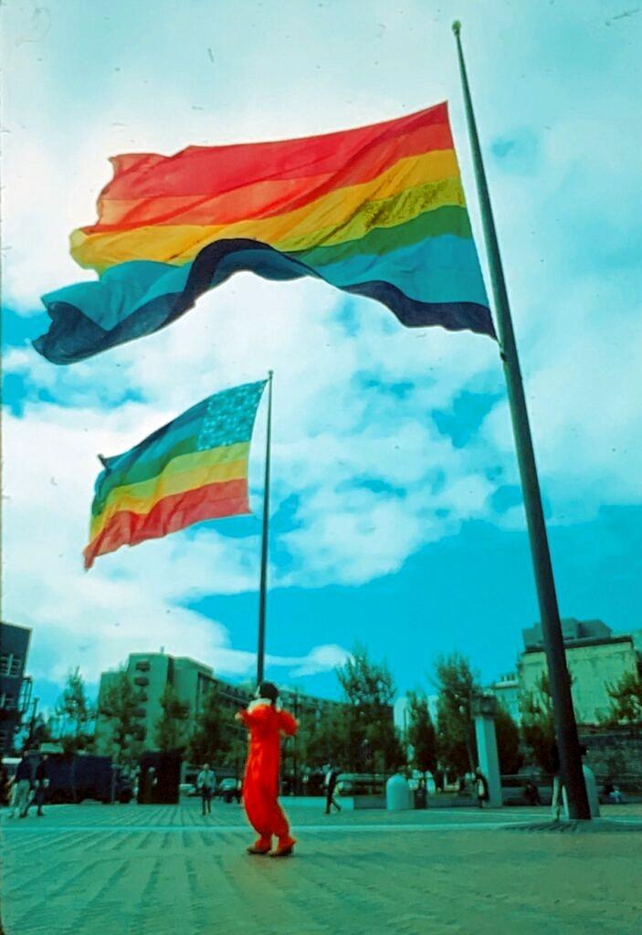 As duas bandeiras originais do arco-íris, hasteadas durante o Dia de Liberdade Gay de São Francisco, em 1978 (Foto: Mark Rennie/Fundação Gilbert Baker)
