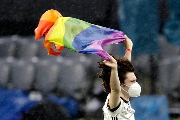 Manifestante entra em campo com bandeira do arco-íris durante o hino nacional da Hungria (Foto: Laurens Lindhou | Soccrates | Getty Images)