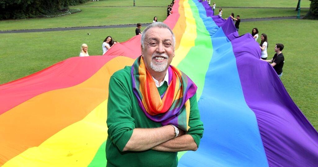 Gilbert Baker, o designer da bandeira oficial do Orgulho LGBTI+ (Foto: Reprodução)