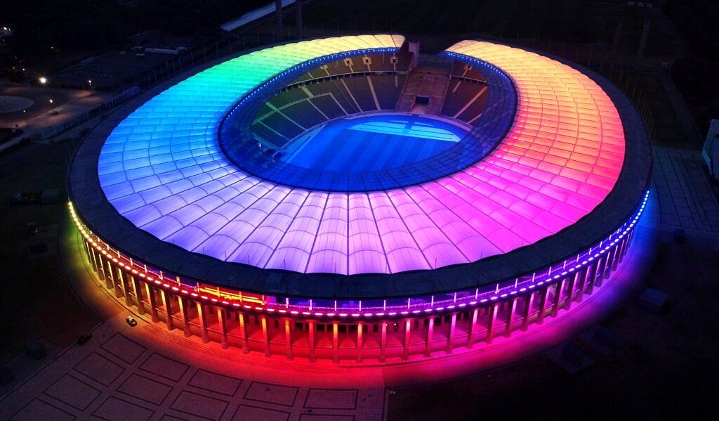 Estádio da Alemanha iluminado com as cores do arco-íris ao mesmo tempo em que a Seleção do país enfrentava a Hungria em campo (Foto: Reprodução)