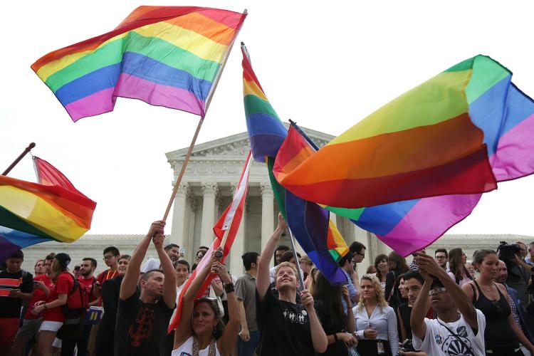 A bandeira do Orgulho LGBTI+ sendo usada na Suprema Corte dos Estados Unidos, em 2015, após a legalização do casamento entre pessoas do mesmo sexo (Foto:Alex Wong/Getty Images)