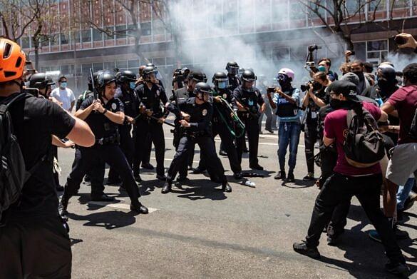 Polícia atira em manifestantes durante protestos pró-LGBTI+ nos EUA (Foto: The Mega Agency)