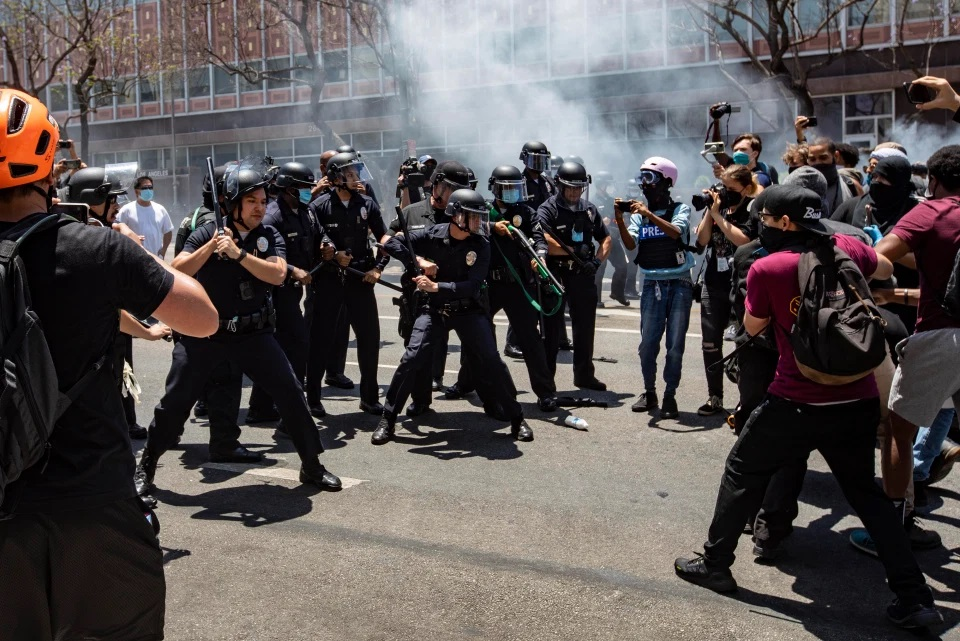 Polícia atira em manifestantes durante protestos pró-LGBTI+ nos EUA
