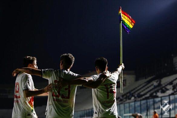Jogadores do Vasco comemoraram gol durante partida em 27 de junho, na véspera do Dia do Orgulho, ergunedo bandeira do arco-íris em campo (Foto: Divulgação)